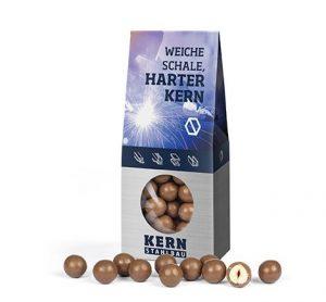 Seeberger Haselnusskerne in Milchschokolade in Standboden-Kartonage als Werbeartikel mit Logo im PRESIT Online-Shop bedrucken lassen